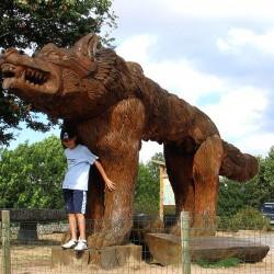 Памятник Жеводанскому зверю близ деревни Сог (Saugues) в Оверни, Франция