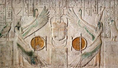 Богини Нехбет и Уто охраняют бога Хепри, символизирующего восходящее солнце (Туна эль-Гебель)