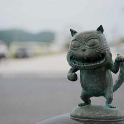 Бронзовая статуэтка нэкоматы в Сакаиминато, на улице Сигэру Мидзуки