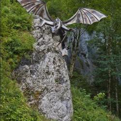 Статуя подкрадывающегося из засады дракона