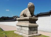 Статуя хаечи на границе дворцового комплекса Кёнбоккун (Сеул, Южная Корея)