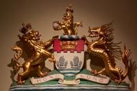 Колониальный герб Гонконга (1959-1997). Скульптурная композиция