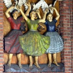 Валькирии на стене ратуши Осло. Деревянный барельеф