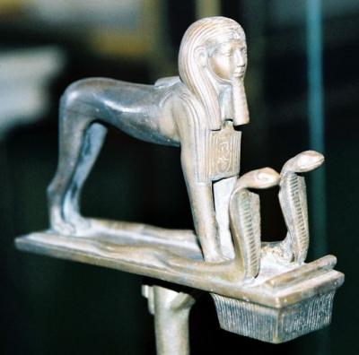 Богиня Уто-Уаджет в виде двух кобр защищает фараона-сфинкса