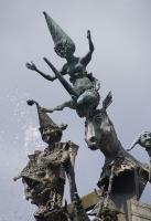Принцесса балансирует на роге единорога. Фрагмент скульптуры.