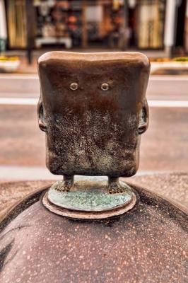 Nurikabe. Статуя в Сакаиминато, на улице Шигеру Мизуки