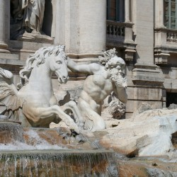 Крылатый гиппокамп и тритон в композиции фонтана Треви, Рим