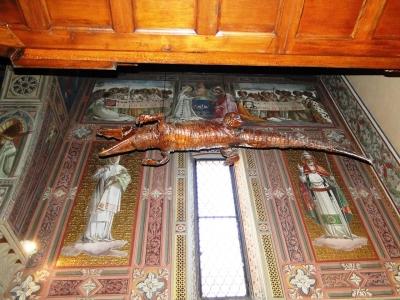 Чучело крокодила в церкви Святой Марии (Chiesa Santa Maria Annunziata) в Понте Носсе, Италия