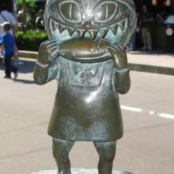 Бронзовая статуэтка Нэко Мусумэ в Сакаиминато, на улице Сигэру Мидзуки
