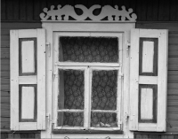 Стилизованное изображение цмоков на резном наличнике