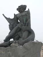 Бог Ваагн убивает вишапа. Монумент в Ереване