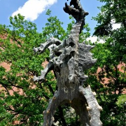 Вавельский дракон. Скульптура в полный рост