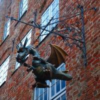 Дракон-вывеска в Любеке около театра кукол