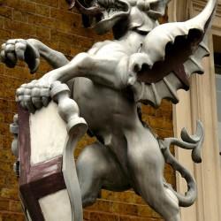 Статуя дракона у лондонского моста (London Bridge)