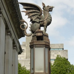 Уэльский дракон на фонаре