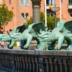 Скульптуры драконов у копенгагенской ратуши