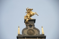 Св. Георгий и дракон — скульптурная композиция на одном из домов Анверпена