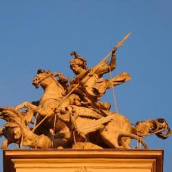 Св. Георгий опрокинул дракона на аттике львовского собора Св. Юра