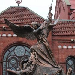 Памятник Архангелу Михаилу, побеждающему дракона у Костела святого Симеона и святой Елены