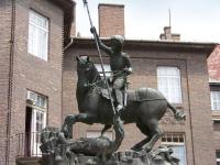 Св. Георгий и шаркань  — венегрский дракон. Скульптура в Сегеде