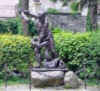 Статуя драконоборца (Геракла?) в ужгородском замке
