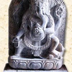 Ганеша, попирающий Гаджамукху, превращенного в крысу. Барельеф