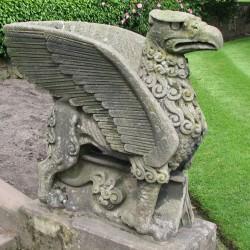 Статуя грифона в аббатстве Кумби