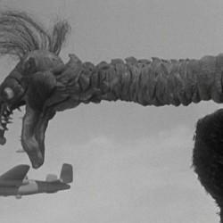 """Карканья и самолет. Кадр из фильма """"Гигантский коготь"""""""