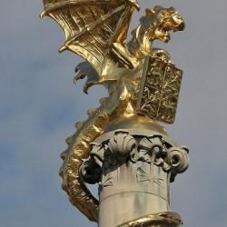 Скульптура дракона на стелле драконьего фонтана в Хертогенбосе (Нидерланды)