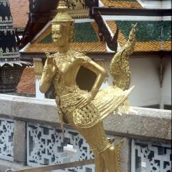 Статуя киннара из Храма изумрудного Будды