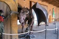 Чучело крылатого демона в шотландском замке Альнвик