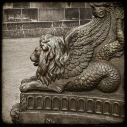 Статуя крылатого морского льва на площади Дам в городе Амстердам