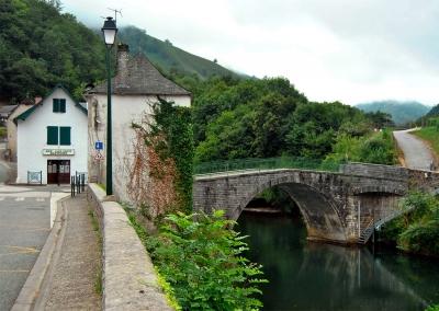 Мост ламиньяков (Lamiñen Zübüa) в деревне Лик-Атере (Ligi-Atherei, Licq-Athérey), Французская Страна Басков