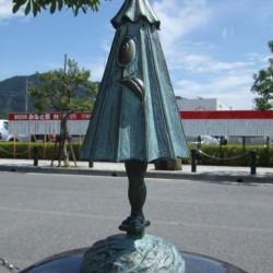 Бронзовая статуэтка каса-обакэ в Сакаиминато, на улице Шигеру Мизуки