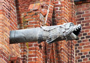 Гаргулец, украшающий стену кафедрального собора во Фромборке