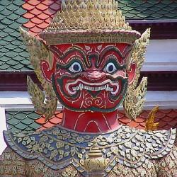 Тайский ракшас. Статуя у входа в храм