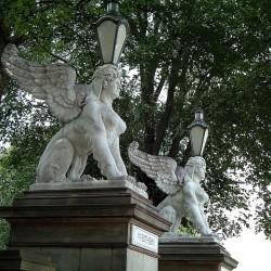 Статуи сфинксов-фонарщиц у входа в Хортус Ботаникус (Амстердам)