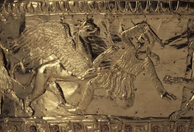 Аримаспы, сражающиеся с грифонами. Фрагмент с золотого калафа