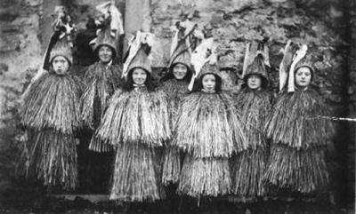 Дети из Фетлара (Шетландские острова), одетые как скеклеры. 1909 год. Фотография Шетландского музея