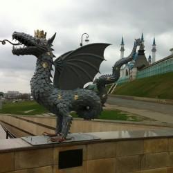 Зилант. Обновленная статуя в Казани, возле входа в метро «Кремлёвская»